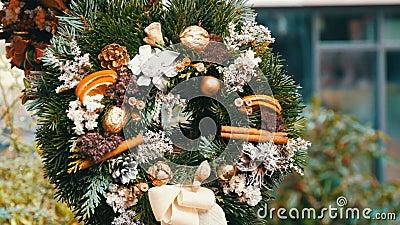 A grinalda verde à moda do Natal do azevinho, os ramos do abeto, o anis, alaranjados secados e outro são vendidos no mercado do N video estoque
