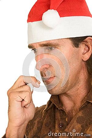 Gripe de la Navidad - hombre envejecido medio que usa el aerosol nasal