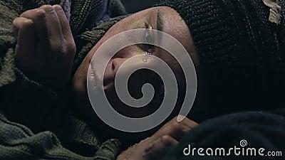 Griterío adolescente sin hogar del muchacho, hogar que falta, huérfano o niño abandonados por el estado almacen de video