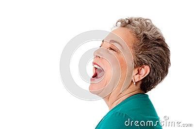 Griterío de griterío de la charla mayor feliz de la mujer