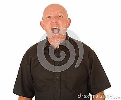 Grito calvo enojado del hombre