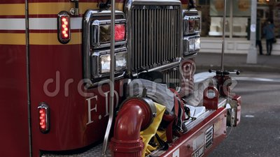 Großaufnahme des Feuerfahrzeugs mit Sirene beleuchtet das Blitzen Bereitschaftsdienst, der zum Unfall reitet stock video footage