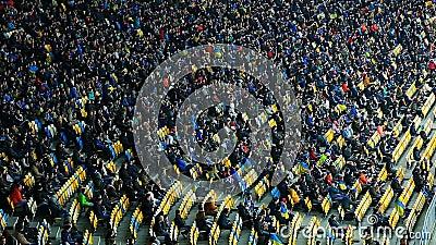 Große Anzahl der Menschen, die auf Tribünen und aufpassendem Fußballspiel, Stadion sitzt stock video footage