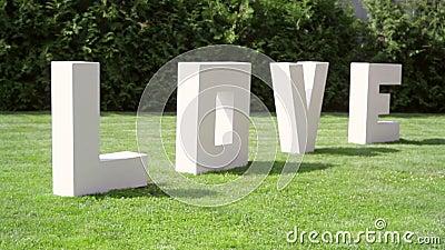gro e buchstaben lieben auf dem gras auf hochzeit stock video video von schrott field 45892189. Black Bedroom Furniture Sets. Home Design Ideas