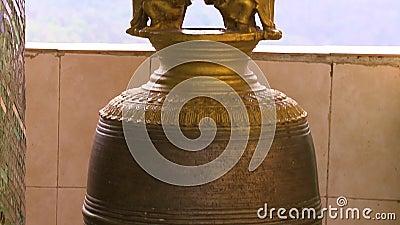 Große goldene gemeißelte Glocke stock video