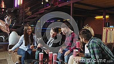 Große Loft-Wohnung mit Panoramablick Gruppen von Freunden, die einen Geburtstag zu Hause Ehepaar feiern, kam mit Ballons von stock footage