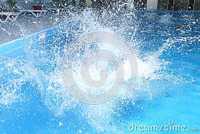 Großes Spritzen im Pool