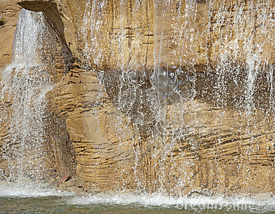 Großes Wassermerkmal in einem Garten