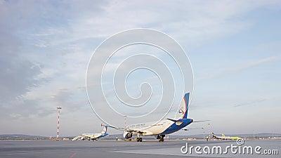 Großes weißes Passagierflugzeugflugzeug auf Rollbahn am Flughafen an einem sonnigen Tag Flugzeug auf der Laufbahn Die Flugzeuge,  stock footage