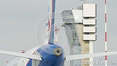 Großes weißes Passagierflugzeugflugzeug auf Rollbahn am Flughafen an einem sonnigen Tag Flugzeug auf der Laufbahn Hintere Ansicht stock video