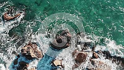Gro?e Ozeanwellen Wellen, die auf K?ste abbrechen Obenliegende von der Luftansicht von den Meereswellen, die gegen felsige Klippe stock footage