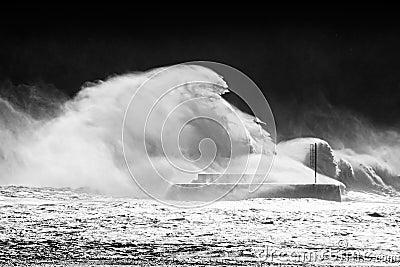 Große Wellen, die auf Wellenbrecher brechen