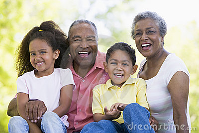 Großeltern, die mit Enkelkindern lachen