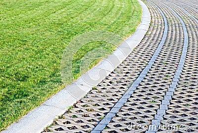 Groen gazon met kiezelstenen en tegels stock fotografie afbeelding 23666112 - Tuin decoratie met kiezelstenen ...