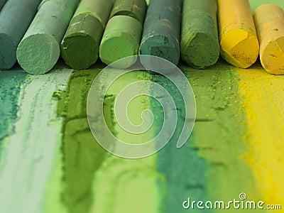 Groene artistieke kleurpotloden in de lijn
