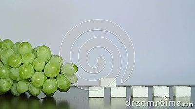 Groene druiven en witte suiker stock footage