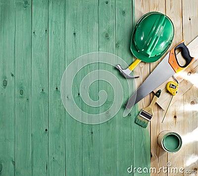 Groene houten vloer met een borstel een verf hulpmiddelen en helm stock foto afbeelding - Verf een houten plafond ...
