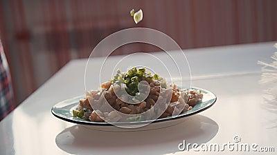 Groene ui die op het bord valt met gesneden kip Stukken rauw vlees Toevoeging van ingrediëntenkruid stock footage