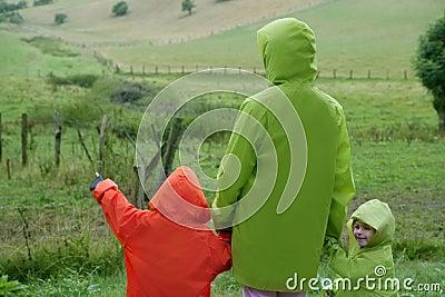 Groene weide met waterdichte kleurrijke laag