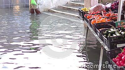 Groenten te koop in de stad overstroomd door water stock video