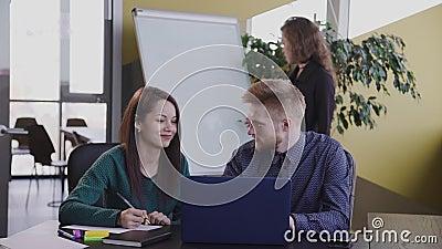 Groep Amerikaanse ontwerpers met brainstorm en samenwerking in kantoorruimte stock videobeelden
