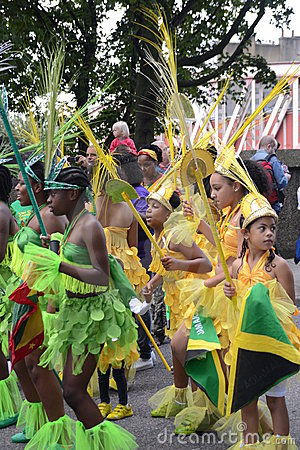 Groep die Jonge geitjes bij Notting Heuvel Carnaval danst Redactionele Stock Foto
