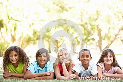 Groep die Kinderen op Magen in Park ligt