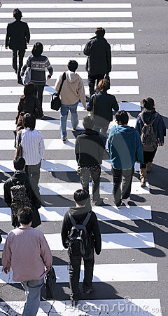Groep die mensen de straat kruist
