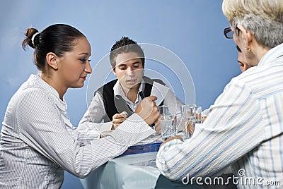 Groep die mensen op commerciële vergadering leest
