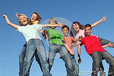 Groep diverse jonge geitjeskinderen