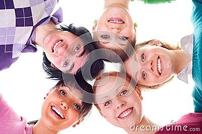 Groep gelukkige jonge mensen in cirkel