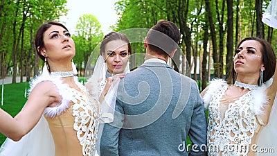 Groep jongeren in bruids klerentribune die nog voor camera stellen stock video