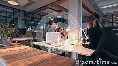 Groep multi etnisch zakenlui die nieuw project bespreken