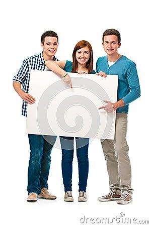 Groep tienerjaren met een banner