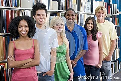 Groep universitaire studenten in bibliotheek