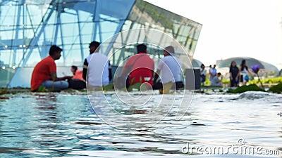 Groep vage mensen dichtbij ArtScience-Museum in Marina Bay Sands stock footage