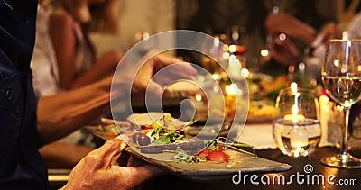 Groep vrienden die hun diner 4k hebben stock video