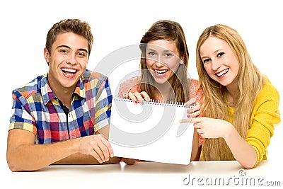 Groep vrienden die leeg document houden