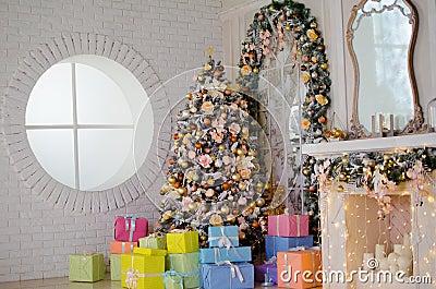 moderner artinnenraum des kamins mit weihnachtsbaum und der, Wohnzimmer dekoo