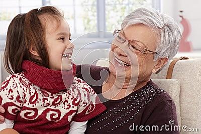 Großmutter- und Enkelinlachen