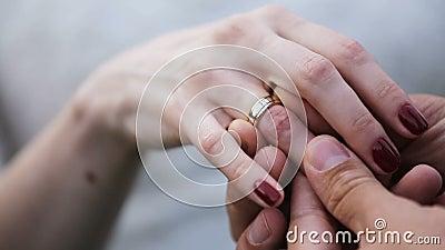 Groom кладя обручальное кольцо на палец невест акции видеоматериалы