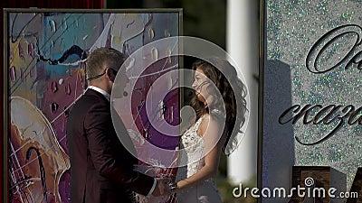 Groom присягает к невесте в вечных парах влюбленности держа руки путем смотреть глаза к глазам видеоматериал