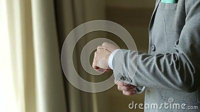 Groom, рукави человека правильные на рубашке, конце-вверх рук, шлихте, стиле ` s человека видеоматериал