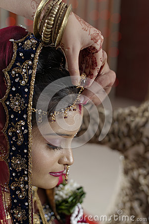 Free Groom Putting Sindoor On Bride&x27;s Forehead In Indian Hindu Wedding. Royalty Free Stock Photos - 40322988
