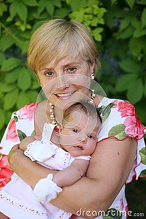 Grootmoeder met baby
