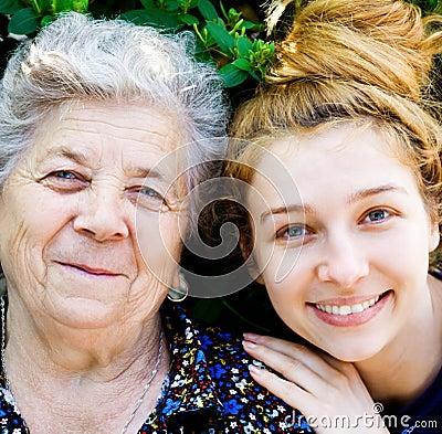 Grootmoeder met haar kleindochter