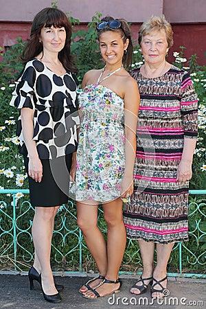 Grootmoeder, moeder, dochtertribune dichtbij plattelandshuisje