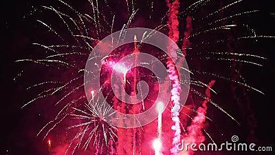 Gros plan de feux d'artifice vibrants et colorés avec contraste élevé - Nouvel An - Fête Nationale - Fête de l'Indépendance - Fêt banque de vidéos