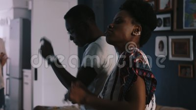 Gros plan, une belle femme et un homme afro-américain qui dansent au rythme de la fête multiethnique des amis au ralenti banque de vidéos