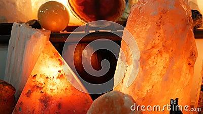 Grote himalayan zoute ruwe lampen, zowel als besnoeiing stock videobeelden